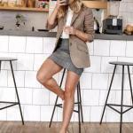 2020 Etek Bluz Kombinleri Gri Mini Etek Beyaz Bluz Kahverengi Ceket Beyaz Spor Ayakkabı
