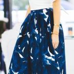2020 Etek Kombinleri Lacivert Midi Kloş Desenli Etek Beyaz V Yaka Bluz Vizon Stiletto Ayakkabı