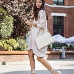 2020 Sokak Modasının En Şık Bahar Kombinleri Krem Mini Uzun Kollu Salaş Elbise Topuklu Ayakkabı Kol Çantası