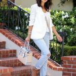 2020 Sokak Modasının En Şık Bahar Kombinleri Mavi Yırtık Pantolon Beyaz Bluz Blazer Ceket Topuklu Ayakkabı Krem El Çantası