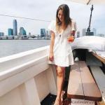 2020 Yazlık Kombinler Beyaz Mini Kısa Kollu V Yakalı Elbise Krem Topuklu Ayakkabı
