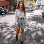 2020 Yazlık Kombinler Gri Mini Kloş Etek Krem V Yakalı Bluz Siyah Topuklu Kısa Bot