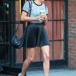 Aubrey Plaza'nın Siyah Pileli Mini Etek Kombini
