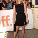 Jennifer Aniston'ın Siyah Pileli Etek Kombini
