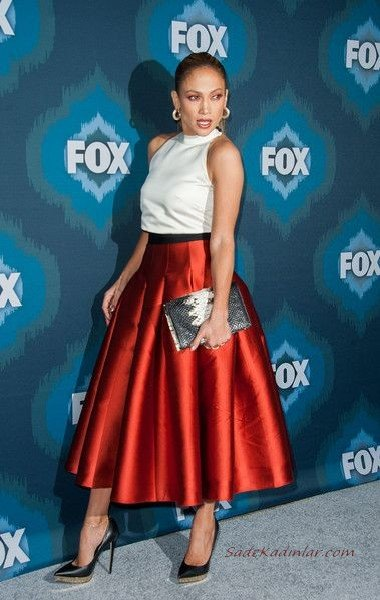 Jennifer Lopez Kırmızı Saten Pileli Etek Kombini