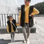 2020 Anne Kız Kombinleri Gri Pantolon Sarı Kazak Siyah Yelek Beyaz Spor Ayakkabı