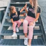 2020 Anne Kız Kombinleri Pembe Pantolon Siyah Tişört Beyaz Spor Ayakkabı