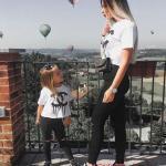 2020 Anne Kız Kombinleri Siyah Pantolon Beyaz Tişört Siyah Spor Ayakkabı