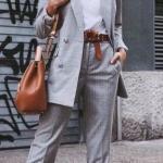 2020 Gri Kıyafet Kombinleri Gri Kumaş Pantolon Beyaz Bluz Gri Uzun Ceket Beyaz Spor Ayakkabı