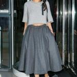 2020 Gri Kıyafet Kombinleri Gri Midi Kloş Etek Yetim Kollu Kazak Siyah Stiletto Ayakkabı