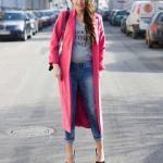 2020 Kış Kombinleri Mavi Kot Pantolon Gri Bluz Pembe Uzun Kaşe Kaban Siyah Stiletto Ayakkabı