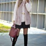 2020 Kış Kombinleri Siyah Mini Etek Krem Boğazlı Kazak Vizon Yelek Siyah Uzun Topuklu Çizme