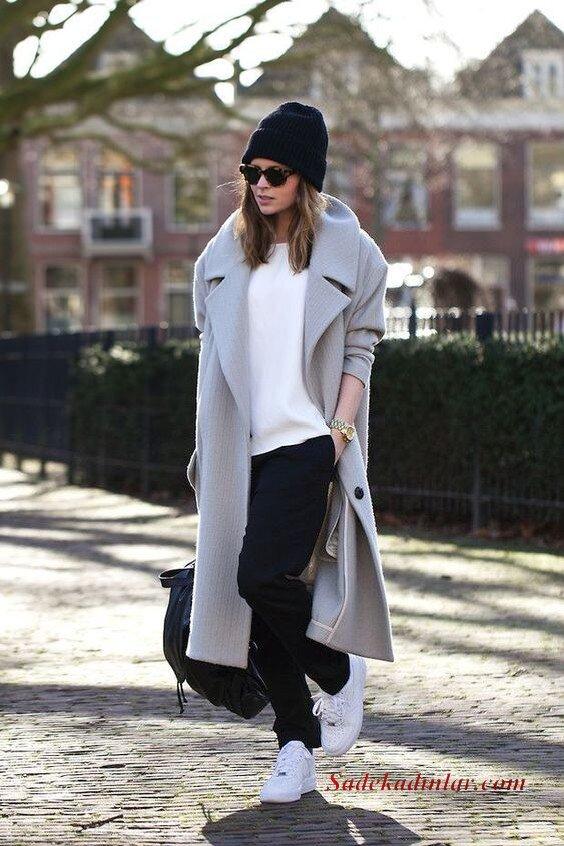 2020 Kış Kombinleri Siyah Pantolon Beyaz Kazak Gri Uzun Kaşe Kaban Beyaz Spor Ayakkabı