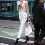 2020 Beyaz Pantolon Kombinleri Beyaz Bağcıklı Pantolon Derin V Yakalı Gömlek Siyah Rugan Topuklu Kısa Bot