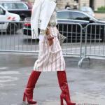 2020 Günlük Kombinler Beyaz Midi Çizgili Etek Gri Bluz BEyaz Deri Ceket Kırmızı Deri Uzun Topuklu Çizme