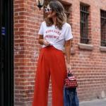 2020 Günlük Kombinler Kırmızı Bol Kesim Capri Pantolon Beyaz Kısa Kollu Tişört Gri Stiletto Ayakkabı,