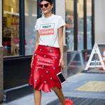 2020 Günlük Kombinler Kırmızı Midi Deri Taşlı Etek Beyaz Kısa Kollu Tişört Kırmızı Stiletto Ayakkabı