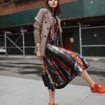 2020 Kıyafet Kombinleri Bordo Midi Pullu Elbise Turuncu Ekose Desenli Ceket Spor Ayakkabı