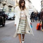 2020 Kıyafet Kombinleri Gümüş Midi Pullu Etek Vizon Kazak Krem Kaşe Kaban Beyaz Dolgu Topuklu Ayakkabı