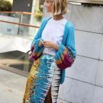 2020 Kıyafet Kombinleri Mavi Midi Yırtmaçlı Pullu Etek Beyaz Buluz Mavi Hırka