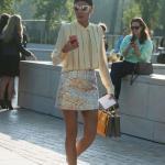 2020 Kıyafet Kombinleri Sarı Mini Desenli Pullu Etek Uzun Kollu Gömlek Gold Babet Ayakkabı