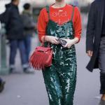 2020 Kıyafet Kombinleri Yeşil Midi Askılı Pullu Elbise Kırmızı Bluz Siyah Babet Ayakkabı
