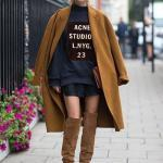 2020 Uzun Çizme Kombinleri Siyah Mini Etek Kazak Sarı Uzun Kaşe Kaban Kahverengi Nubuk Diz Üstü Çizme