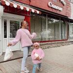 2020 Anne Kız Elbise ve Kıyafet Kombinleri Mavi Kot Pantolon Pembe Kazak