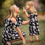 2020 Anne Kız Elbise ve Kıyafet Kombinleri Siyah Midi Omzu Açık Çiçek Desenli Elbise