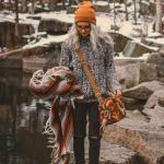 2020 Kışlık Bot Kombinleri Siyah Yırtık Pantolon Gri Boğazlı Desenli Kazak Camel Bot