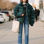 2020 Kışı İçin Bayan Kısa Şişme Mont Kombinleri Mavi Mom Jeans Siyah Balıkçı Yaka Kazak Yeşil Mont Beyaz Kısa Topuklu Bot