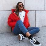 2020 Kışı İçin Bayan Kısa Şişme Mont Kombinleri Mavi Pantolon Beyaz Bluz Nar Çiçeği Mont Siyah Spor Ayakkabı