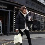 2020 Kışı İçin Bayan Kısa Şişme Mont Kombinleri Siyah Pantolon Beyaz Kazak Siyah Mont Beyaz Spor Ayakkabı
