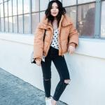 2020 Kışı İçin Bayan Kısa Şişme Mont Kombinleri Siyah Yırtık Pantolon Beyaz Puantiyeli Bluz Kahverengi Mont Beyaz Spor Ayakkabı