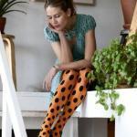 2020 Puantiyeli Çorap Kombinleri Yeşil Mini Kısa Kollu Kloş Elbise Turuncu Puantiyeli Çorap Yeşil Stiletto Ayakkabı