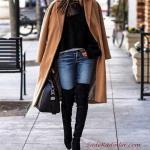 2020 - 2021 Kış Modasının En Şık Kombin Önerileri Mavi Kot Pantlon Siyah Kazak Sarı Uzun Kaşe Kaban Siyah Uzun Çizme