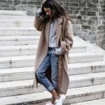 2020 - 2021 Kış Modasının En Şık Kombin Önerileri Mavi Kot Pantolon Gri Kazak Kahverengi Uzun Kaşe Kaban Beyaz Spor Ayakkabı