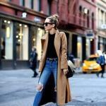2020 - 2021 Kış Modasının En Şık Kombin Önerileri Mavi Kot Pantolon Siyah Kazak Sarı Uzun Kaşe Kaban Siyah Kısa Topuklu Bot