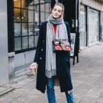 2020 - 2021 Kış Modasının En Şık Kombin Önerileri Mavi Pantolon Kırmızı Kazak Siyah Uzun Kaşe Kaban Kısa Topuklu Bot