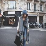 2020 - 2021 Kış Modasının En Şık Kombin Önerileri Mavi Yırtık Pantolon Gri Bluz Uzun Hırka Siyah Babet Ayakkabı
