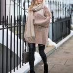 2020 - 2021 Kış Modasının En Şık Kombin Önerileri Siyah Deri Pantolon Vizon Uzun Tunik Kazak Siyah Kısa Topuklu Bot
