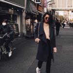 2020 - 2021 Kış Modasının En Şık Kombin Önerileri Siyah Pantolon Vizon Kazak Siyah Uzun Kaşe Kaban Gri Spor Ayakkabı