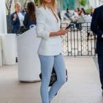 2020 Bayan Beyaz Blazer Ceket Kombinleri Mavi Kot Pantolon Beyaz Blazer Ceket Spor Ayakkabı7