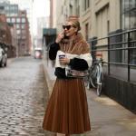2020 Kış Modası Bayan Peluş Mont Kombinleri Kahverengi Midi Pileli Etek Gri Bluz Kahverengi Renk Bloklu Peluş Mont Beyaz Spor Ayakkabı