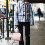 2020 Kış Modası Bayan Peluş Mont Kombinleri Siyah Pantolon Mavi Çizgili Kısa Peluş Mont Beyaz Spor Ayakkabı