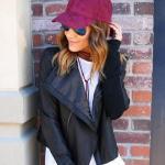 2020 Bayan Şapka Kombinleri Mavi Pantolon Beyaz Bluz Siyah Deri Ceket Fuşya Şapka