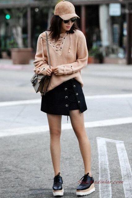 2020 Bayan Şapka Kombinleri Siyah Mini Etek Kahverengi V Yakalı Kazak Şapka Siyah Sneakers Ayakkabı