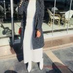 2020 Bayan Tesettür Kombinleri Beyaz Uzun Boğazlı Triko Elbise Siyah Ekose Desenli Kaşe Uzun Ceket Beyaz Topuklu Kısa Bot