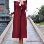 2020 Bayan Tesettür Kombinleri Bordo Uzun Fırfır Detaylı Kumaş Kemerli Elbise Taba Deri Kısa Topuklu Bot