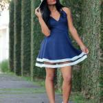 2020 En Trend Mavi Renk Elbise Kombinleri Mavi Mini Askılı V Yakalı Kloş Etekli Elbise Beyaz Topuklu Ayakkabı